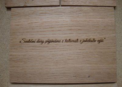 Laserové gravírování textu do dřevěného prkénka