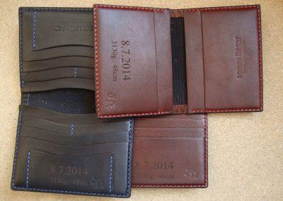 Laserové gravírování do kožené peněženky. U světlé barvy peněženky je kontrast větší, motiv je čitelnější. (2)