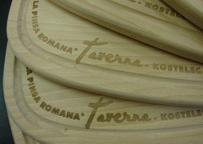 Laserové gravírování do dřevěného prkénka
